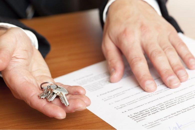 На фото – документы для оформления квартиры в собственность